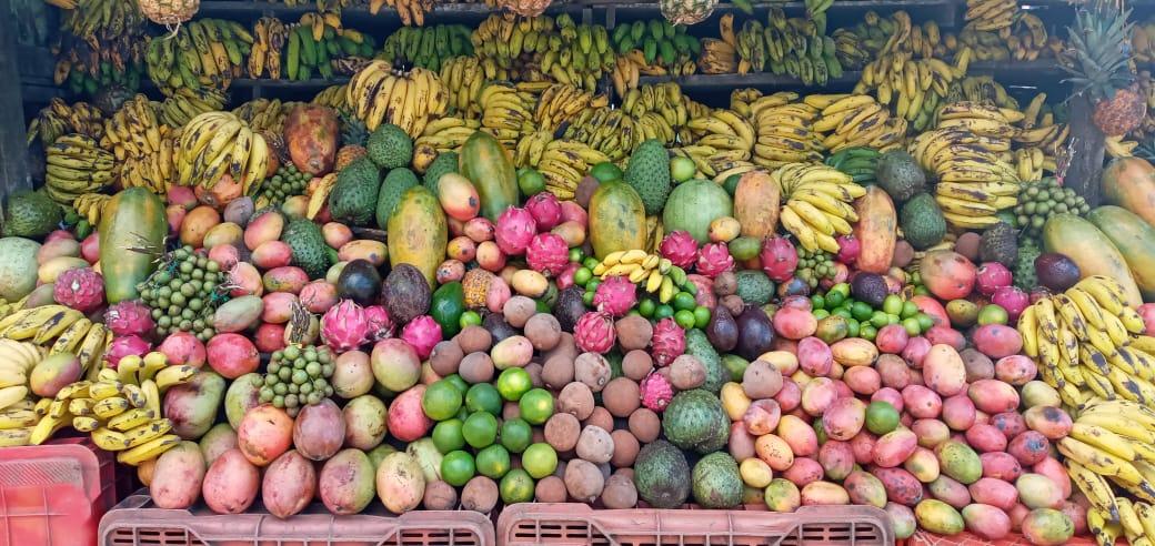 Abastecidos de frutas los puntos de venta, en carretera hacia El Crucero