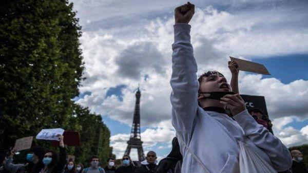 Personal de Salud de Francia protesta por mejoras laborales