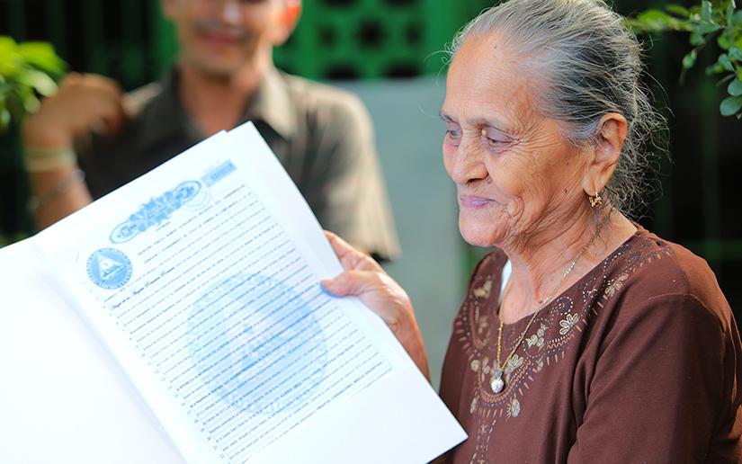 Nicaragüenses continúan recibiendo títulos de propiedad