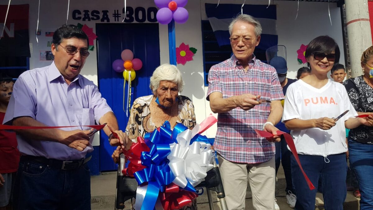 Olga Anduray de 87 años recibió vivienda número 300