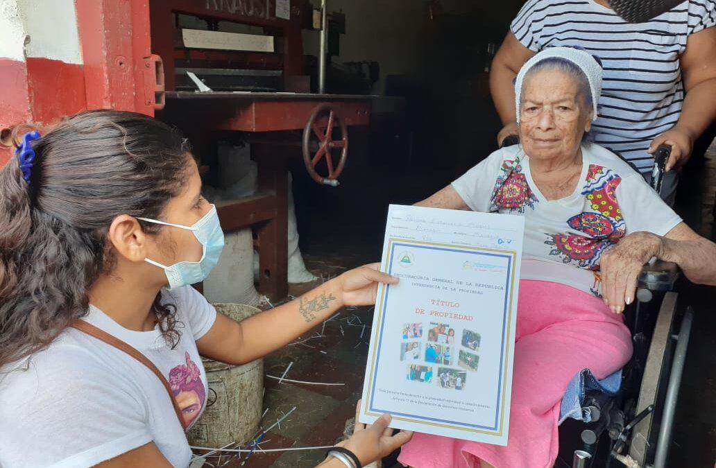 Más nicaragüenses reciben titulo de propiedad hasta la comodidad de su casa