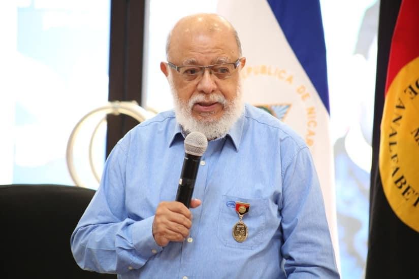Otorgan medalla 40 años de la Cruzada Nacional de Alfabetización a profesor De Castilla