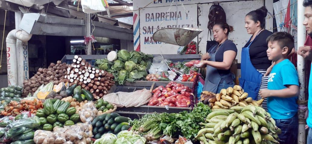 Perecederos a precios rebajados en el mercado Israel Lewites