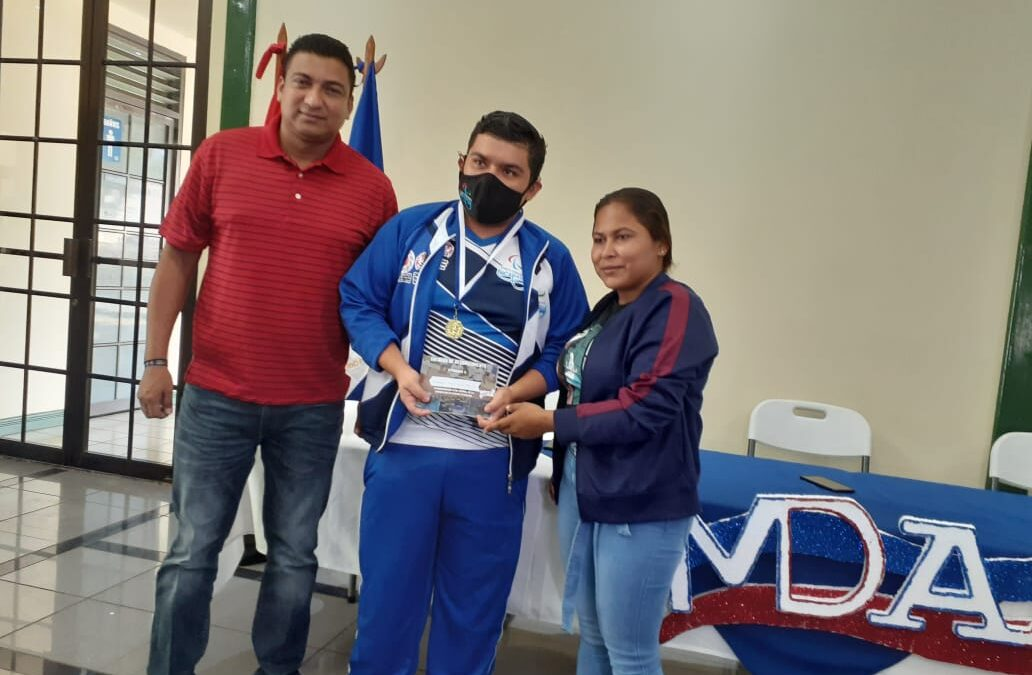Atletas nicaragüenses con discapacidad reciben reconocimientos