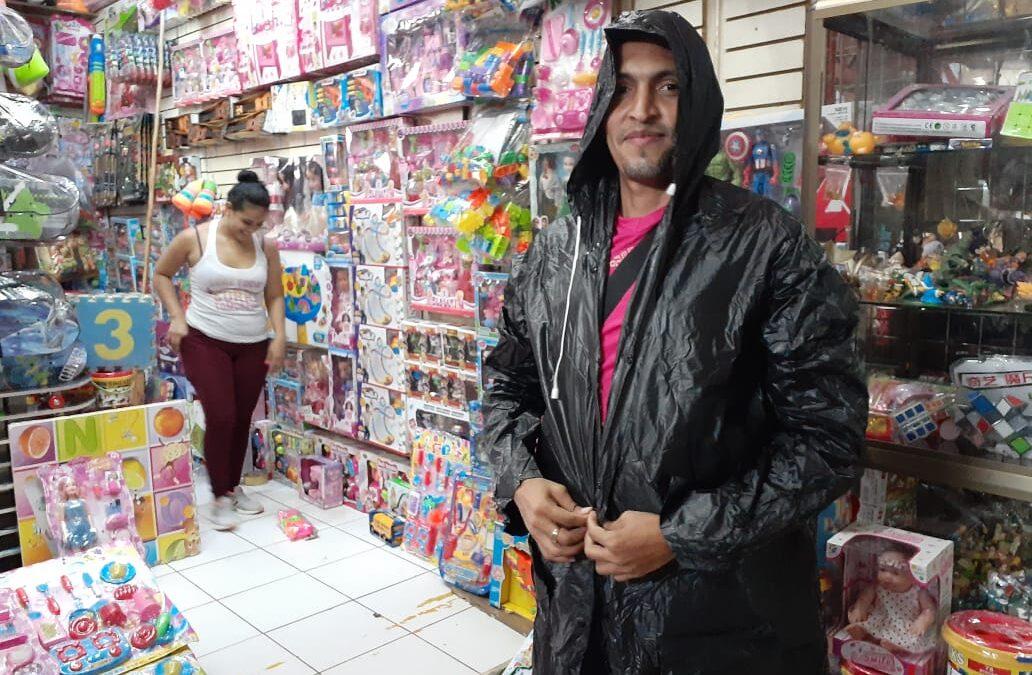 Buenas ventas de paraguas y capotes en los mercados