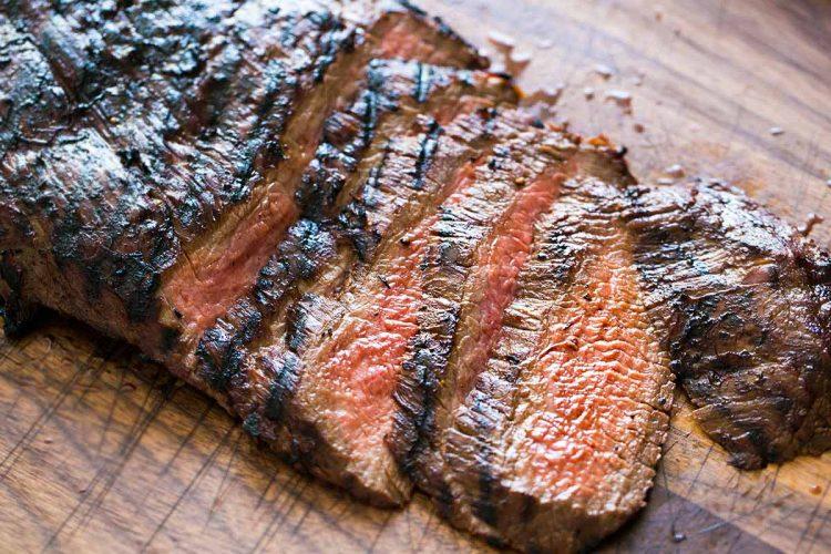 Un filete de carne cruda 'cobra vida' y empieza a moverse en una tabla de cortar