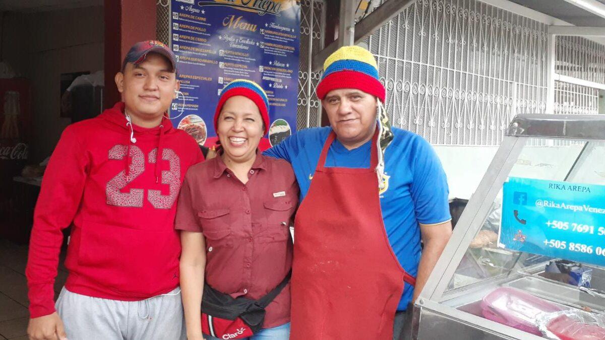 Matrimonio venezolano emprende pequeño negocio de comidas típicas de su país