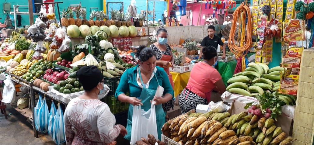 Mujeres madrugan para ofrecer sus productos en los mercados capitalinos