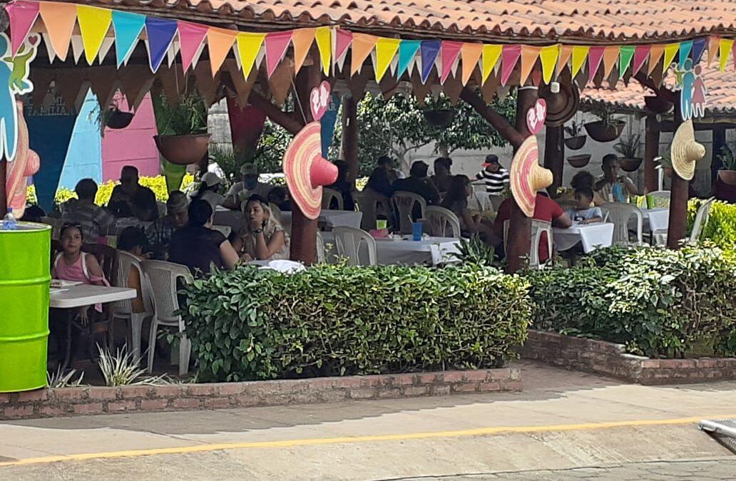 Encuentre variedad de platillos para almorzar en Parque de Ferias