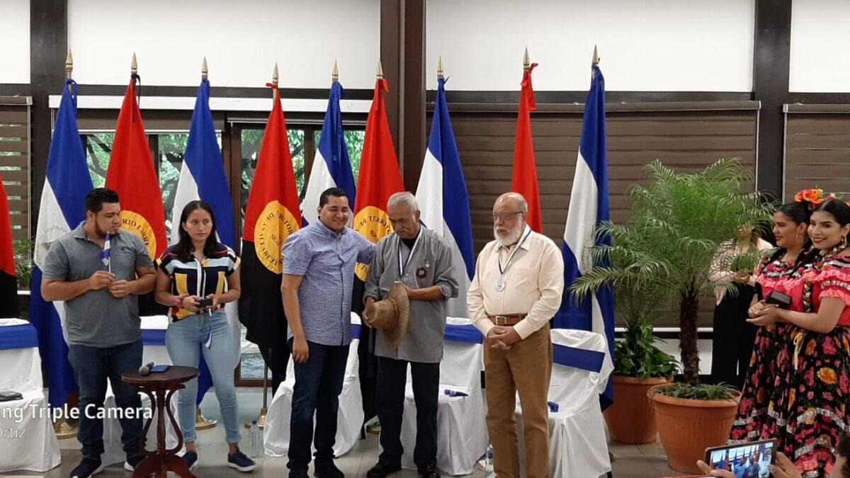 Profesores Miguel De Castilla y Orlando Pineda reciben medallas de jóvenes nicaragüenses