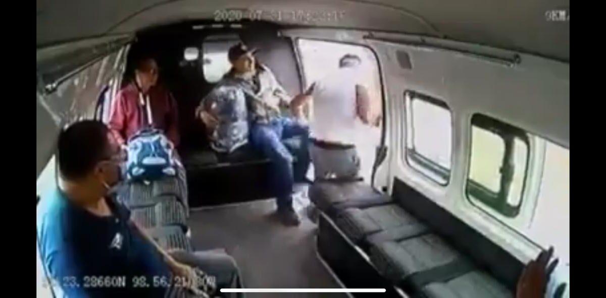 Delincuente quedó atrapado en el bus y los pasajeros no dudaron en darle una golpiza
