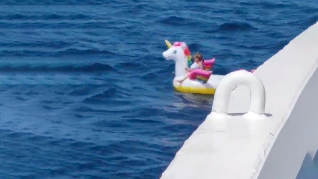 Viral rescate de niña en mar abierto