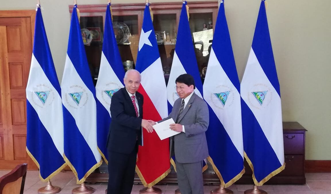 Embajadores de Argentina y Chile presentan copias de estilo