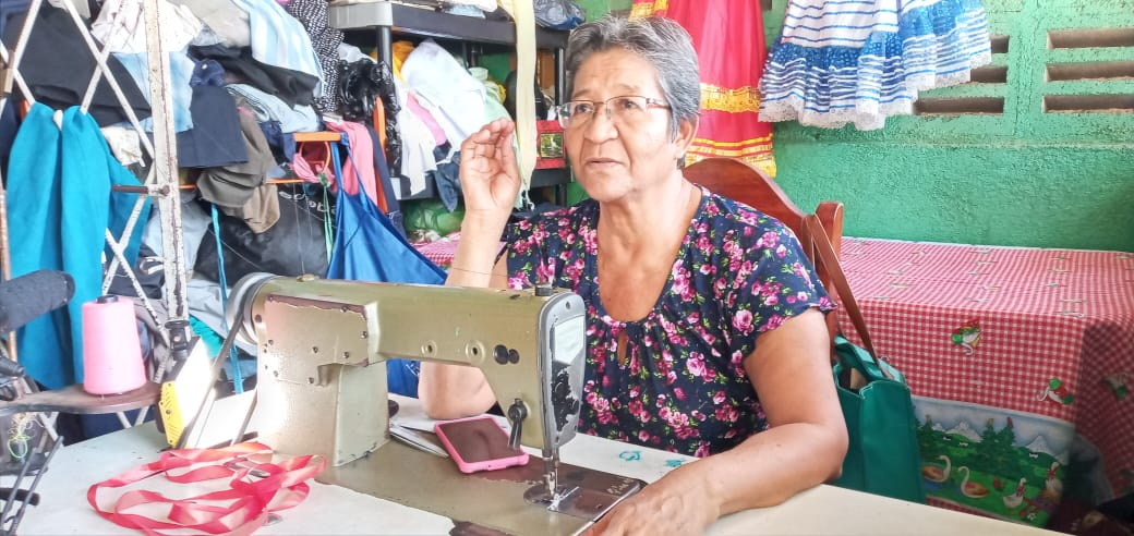 Una mujer que lleva más de medio siglo cosiendo