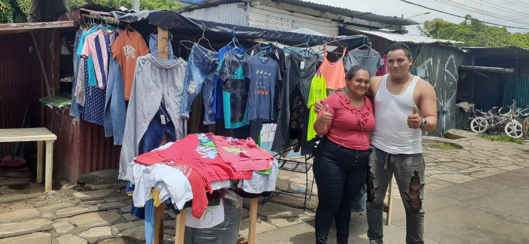 Esposos jóvenes emprenden negocio de ropa en el sector del Zumen