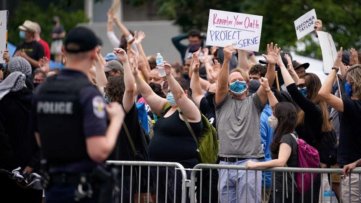 Autoridades declaran toque de queda en Louisville, EE.UU