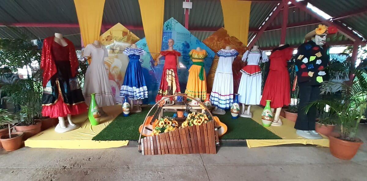 Exhiben trajes típicos de distintas regiones del país, en Parque Nacional de Ferias