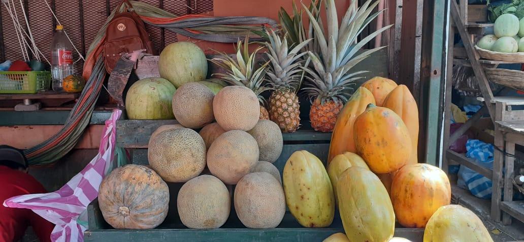 Frutas tropicales abundan en los mercados populares