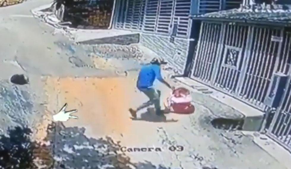 Motorizado salva a bebé