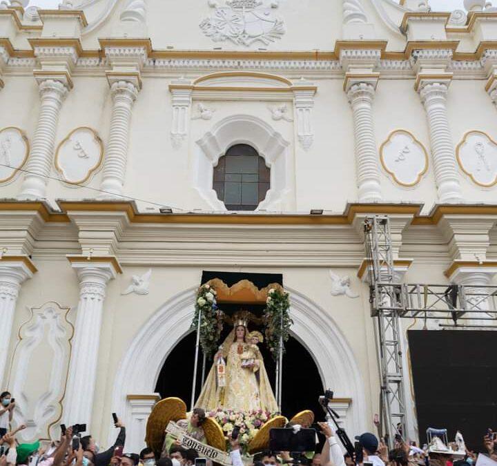 Cortejo procesional de la virgen de Merced recorre calles de la ciudad de León.