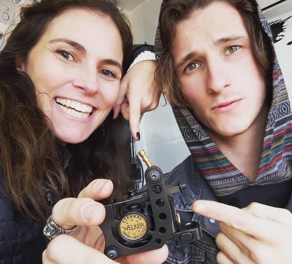 Madre e hijo viajan en un estudio móvil para tatuar a mujeres que tuvieron cáncer de mama