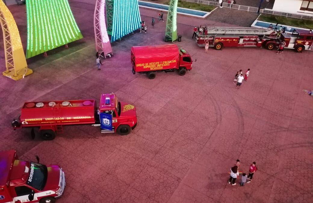 Amplia asistencia del público en exhibición de equipos y medios de los bomberos