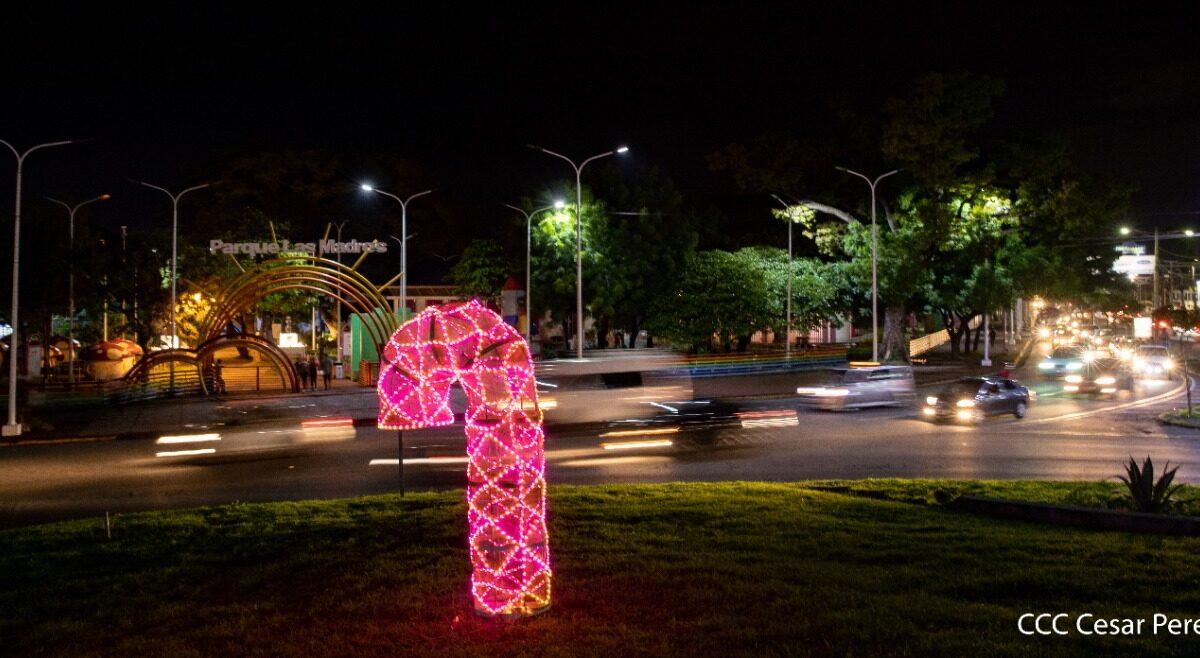 Instalan luces y adornos navideños en las rotondas de Managua