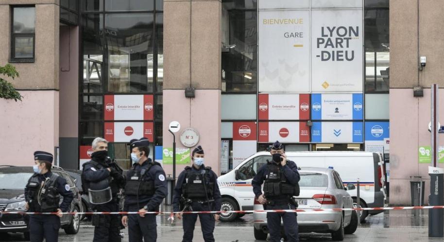 Mujer amenaza en hacer explotar una estación de trenes en Francia