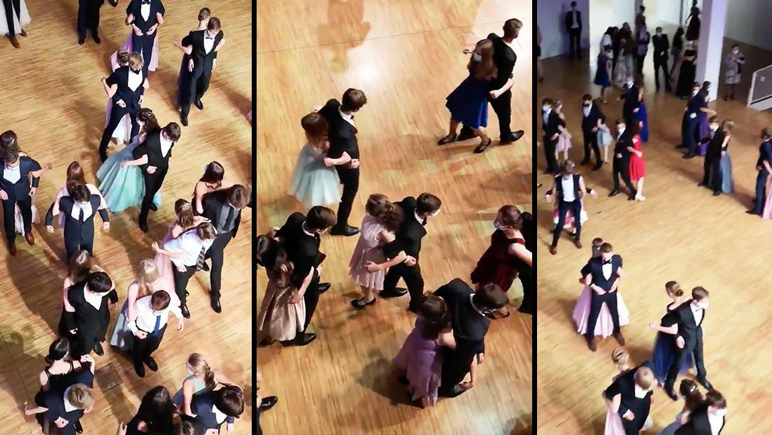 Estudiantes bailan espalda contra espalda