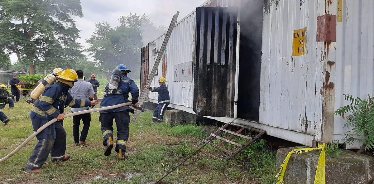 Nuevos bomberos realizan ejercicio de extinción de incendio y rescate de víctima