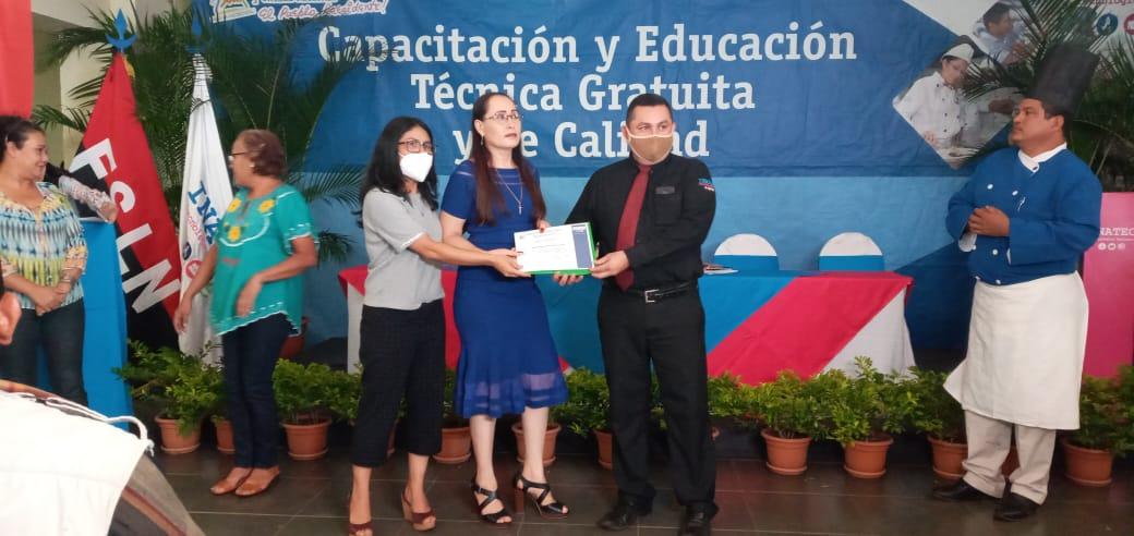 Certifican a más de 100 estudiantes de hotelería y turismo