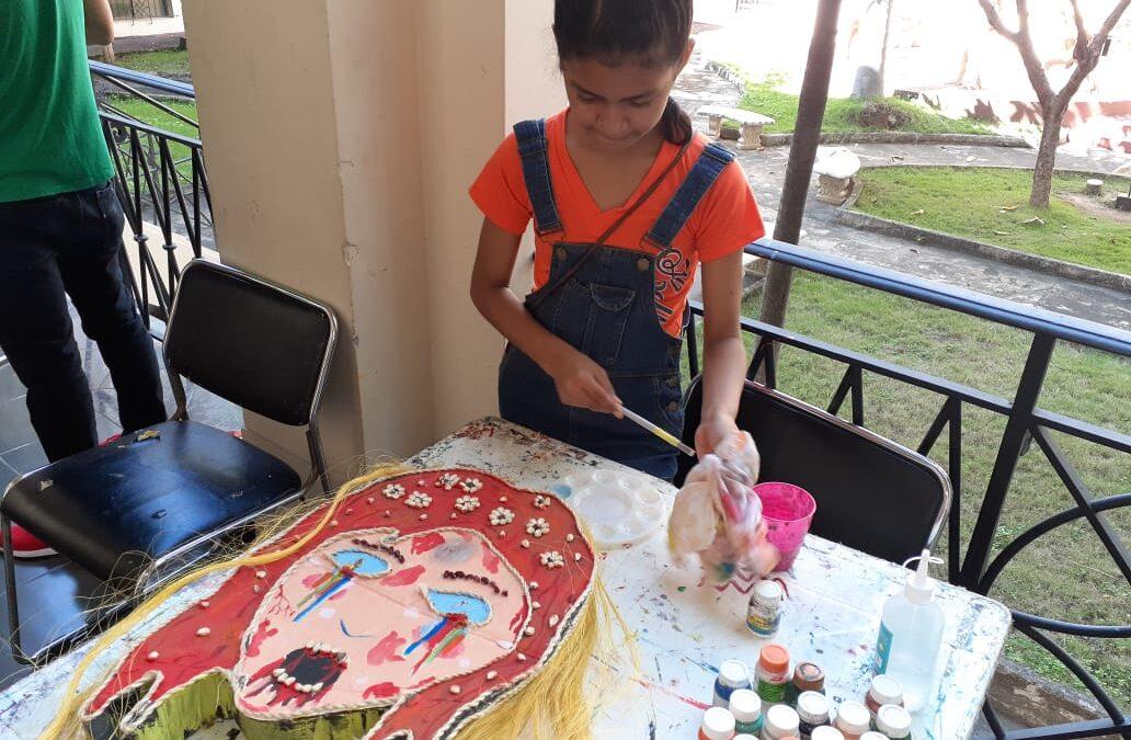 Niños aprenden a elaborar esculturas en el Palacio de la Cultura