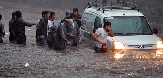 Lluvias dejan inundaciones y provocan congestionamiento en Tegucigalpa, Honduras