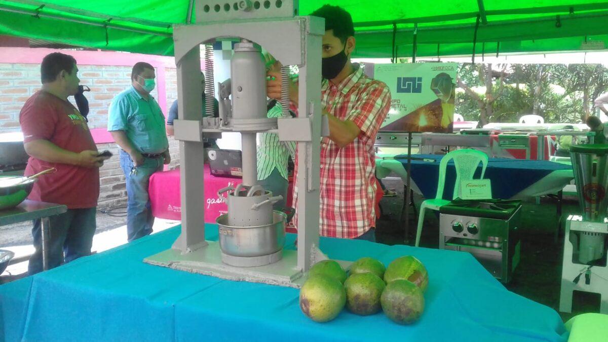 Chinandeganos inventan máquina para extraer aceite de las frutas