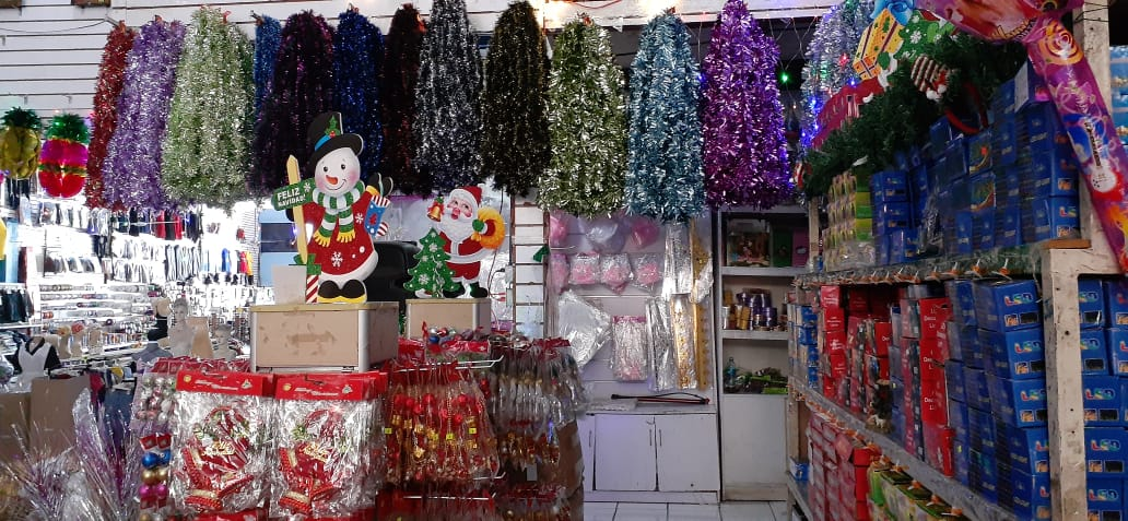 Artículos navideños llegaron a los mercados populares