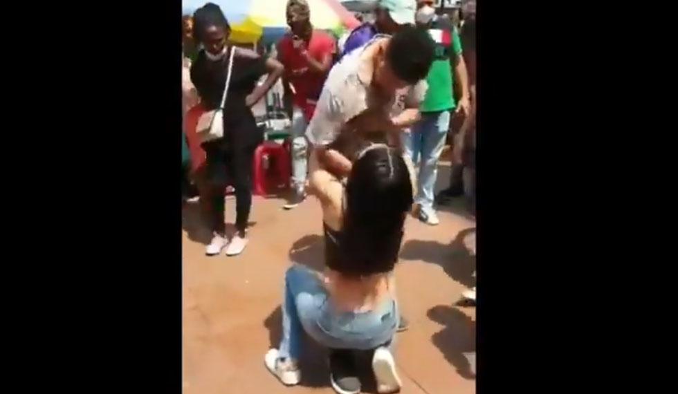 Mujer encuentra a su ex y le pide de rodilla que vuelva