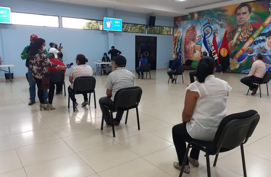 Trabajadores del Ministerio de Educación reciben su pago adelantado