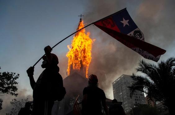Cúpula de la iglesia de la Asunción en Chile, se derrumba tras protestas