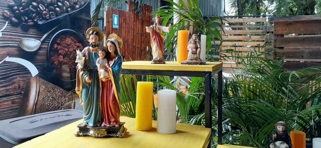 Variedad de artículos religiosos y decorativos en la feria de todos los santos