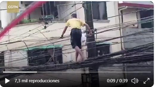 Hombre camina sobre cables en busca de alimentos para su familia en Filipinas
