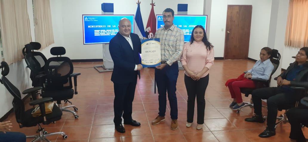 Joven nicaragüense gana Concurso Regional de Diseño, para portada de libro