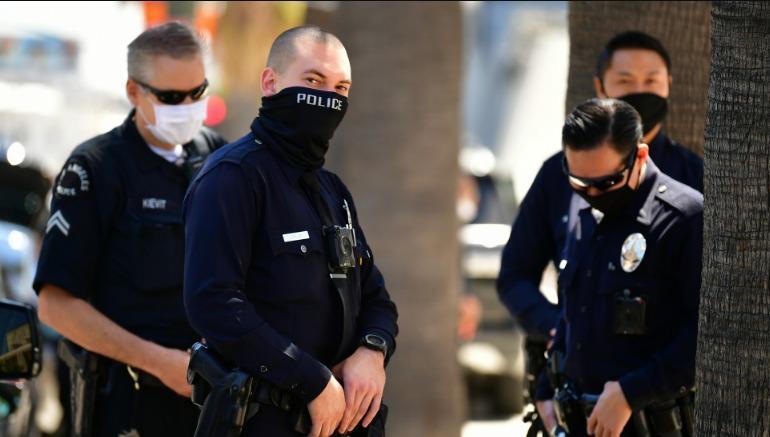 Policías sacaron a rastras a familias refugiadas en viviendas estatales de California