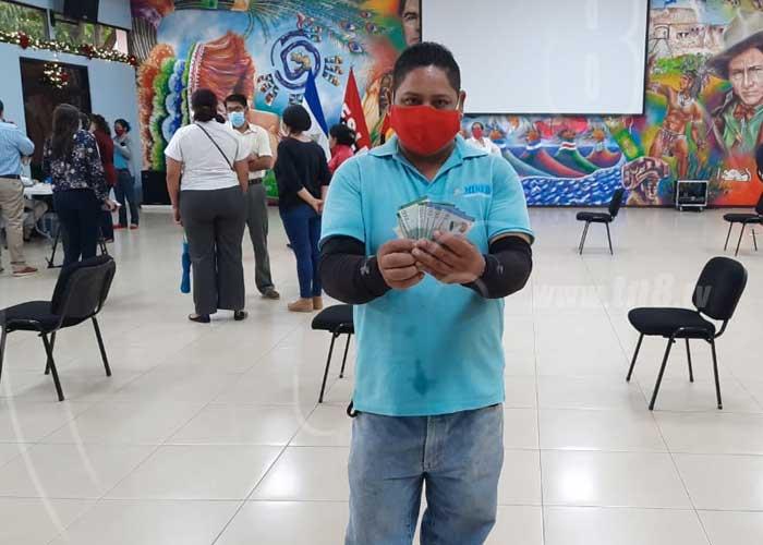 Trabajadores del MINED reciben el pago de su aguinaldo