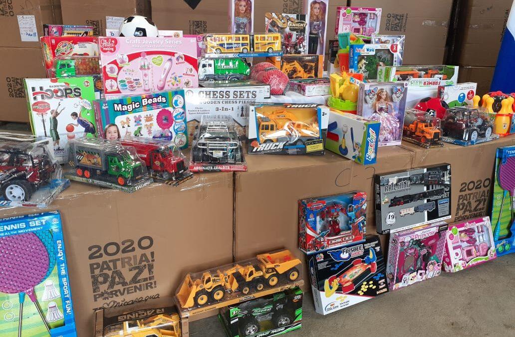 Salen caravanas de camiones con juguetes hacia los departamentos del país