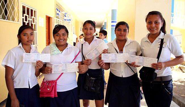 Bachilleres reciben bono por su promoción académica
