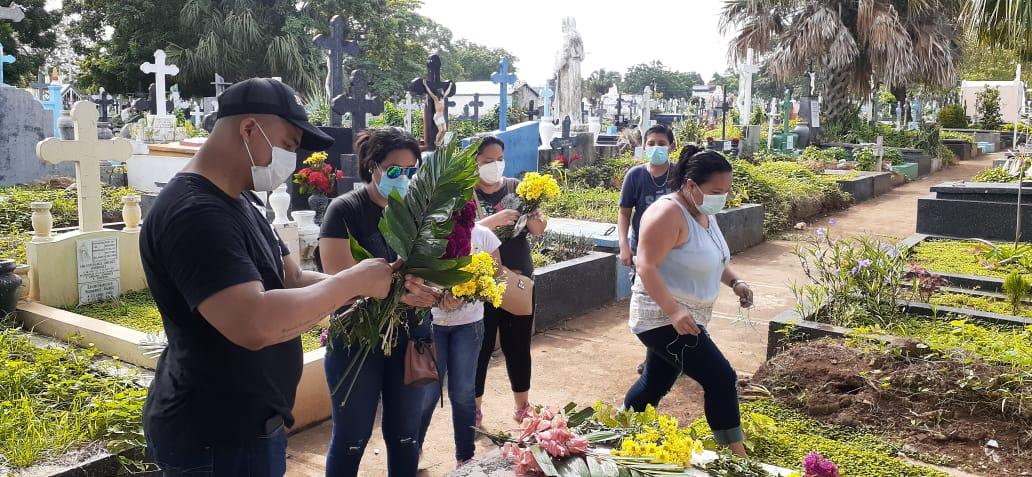 Familias visitan a sus deudos, que descansan en el cementerio general