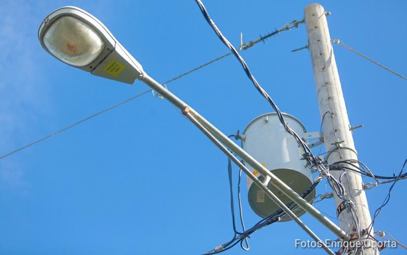Cuadrillas trabajan en el restablecimiento del servicio de energía eléctrica en las zonas afectadas