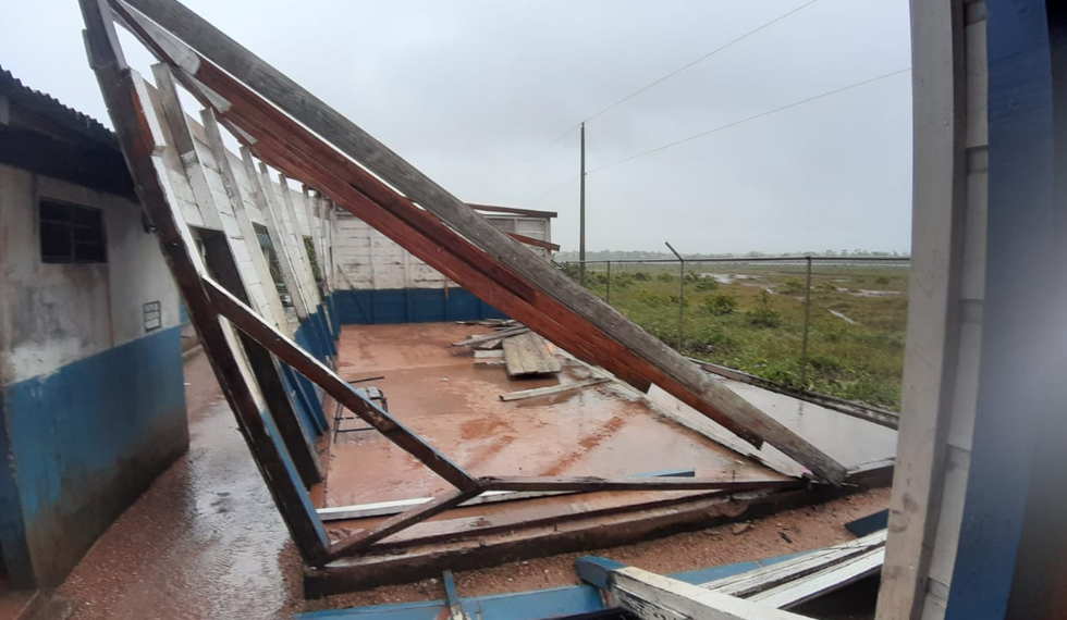 Reportan cuatro colegios afectados por el paso del huracán Eta