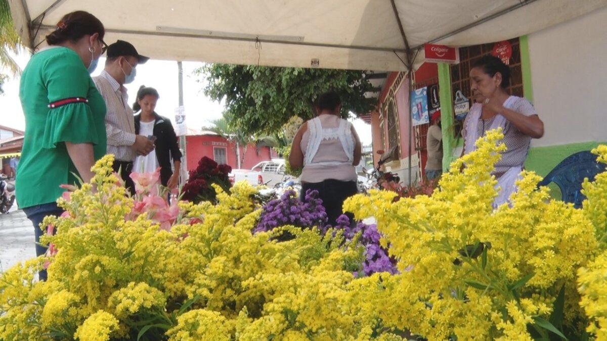 Comercio informal oferta flores este 2 de noviembre en Estelí