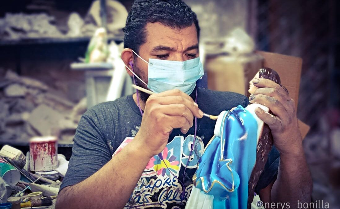 Familia de Managua elabora y vende imágenes de la Virgen María